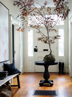 love pedestal tables in entry ways