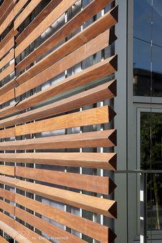 Colegio Gandasegi. Wood slats