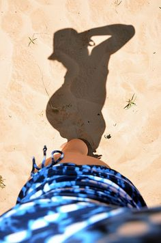 Cute and creative maternity picture! (Note to self: be pregnant when it's warm enough to be at the beach)