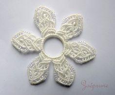 fleur blanche micro macramé   pour création textile ou bijou