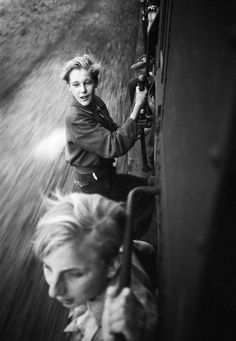 Menno Huizinga: Children hanging on a full train after the liberation, 1945.
