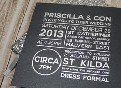 ► Invitaciones de boda de diseño personalizado. Marcadas y elegante con su uso de blanco y negro y formas como las líneas y círculo. #invitaciones #bodas