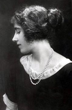 Elizabeth Bowes-Lyon in 1923