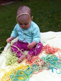 Jugar con espagettis pintados con tiente alimentario en el agua de coccion. Baby playing with cooked and coloured pasta. Great sensory activity.