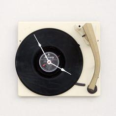 ★♥★ Clock made from a recycled console #turntable    ★♥★ Horloge faite à partir de la #console d'un tourne-disque recyclé     #clocks #clock #Time #temps #horloge #horloges #montre #montres #bijou #bijoux #jewel #jewelry #luxe #luxury #WallClock   #HorlogeMurale #timepiece #wristwatch #watch #wrist #watches #MontreBracelet #bracelet