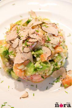 Ensalada de gambas, salmón y aguacate con trufa de verano