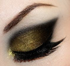 Gold and black eyeshadow. I like it so much!