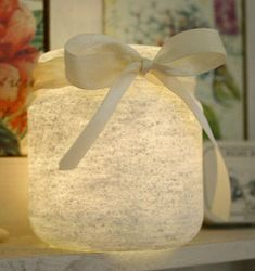 We found this great method, on how to snow paint objects, from the beautiful Icelandic Facebook page Franska Liljan (French Lilies). Very interesting method that works well on ordinary mason jars, glass, statues, vases and other things.
