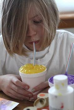 Peinture-bulle : une cuillère à soupe d'eau, une cuillère à soupe de peinture, et un peu de liquide vaisselle. Avec une paille, souffle dans le verre pour faire des bulles puis pose ta feuille sur le verre pour obtenir de jolis motifs - Bubble painting DIY