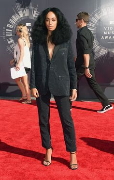 The ever-stylish Solange Knowles looked super chic on the red carpet at the VMAs.