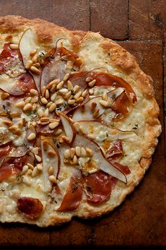 {Pear, prosciutto and blue cheese pizza.}