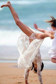miranda kerr, beaches, lingerie, celebr photo, australia, handstands, windi upskirt, dance, sydney