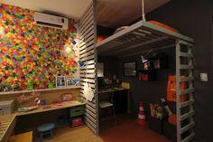 Como a casa e pequena e dois filhos dividem o mesmo quarto, o arquiteto propõe uma decora em dois estilos o canto do pré-adolescente tem cama no mezanino a casa projetada.