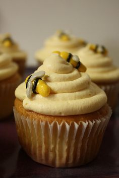 beehive cupcakes - the frosting looks like a beehive! cute!