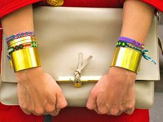 Braceletes duplos para dar inveja na Mulher Maravilha