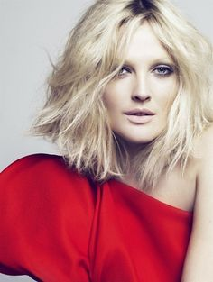 If your #hairstyle is officially outdated, modernize with this textured shoulder-length bob worn by Drew Barrymore.
