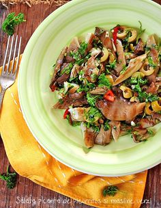 Preparare salata picanta de ciuperci pleurotus si masline verzi. Reteta vegetariana cu ciuperci. Reteta dietetica sau de post cu pleurotus si masline verzi.
