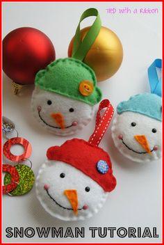 gratis patroon sneeuwpop van vilt - free English tutorial felt snowman by Tied with a Ribbon