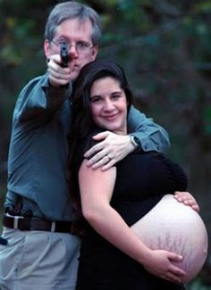 Most Awkward Family Photos pregnancy pictures, maternity photos, pregnancy photos, maternity pics, funny pictures, family photos, pregnant photo, pregnancy pics, stretch marks