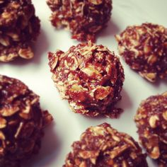Chewy and delicious balls of energy full of protein and fiber to keep you full between meals and give you a pre or post-workout boost. 1 ripe banana – mashed 1 tbs cocoa powder 2 tbs natural peanut butter 2 tbs flax seed meal 2 tbs vanilla protein powder pinch sea salt ¾ c old fashioned oats