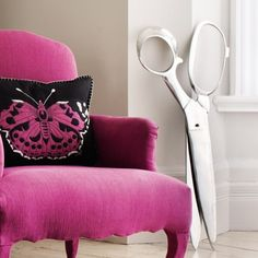 i seriously love this! i love the color of the chair and the piece of decor in the corner (the giant pair of scissors) are so different but something i would love to have in my house!!!