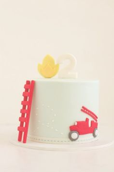 one of the cutest birthday cakes for little boys! #firetruck #birthday