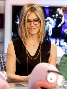 Jennifer Aniston in with glasses, doing the geek chic proud. Gorgeous high lights as ever. www.NakedhealthSpa.com #jenniferaniston #geekchic #glasses