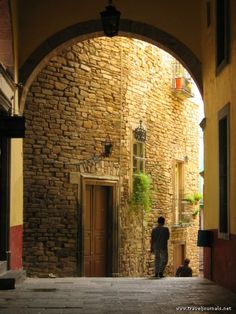 Google Image Result for http://www.traveljournals.net/pictures/l/1/13571-beautiful-streets-guanajuato-mexico.jpg