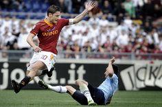 uno dei tantissimi falli che ha dovuto subire Francesco Totti durante il derby mentre un imperterrito Bergonzi pensava ad ammonire ed espellere solo giocatori giallorossi