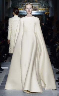 Vestido de novia estilo minimalista con mangas largas - Foto Valentino