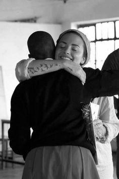 Demi Lovato recibe sorpresivo beso en la boca en África - Fotos