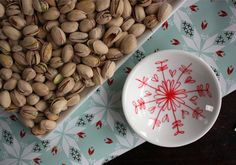 Using a Porcelaine Marker, you draw (or paint – there are various applications) on a ceramic dish, a plate, a cup, a platter, leave to dry for 24 hours, then pop it in the oven for 35 minutes and you have a brand new decorative piece with your own style.