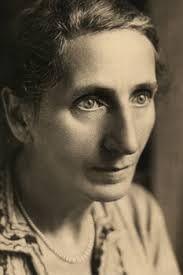 Alice Salomon wurde 1872 in Berlin geboren, sie starb 1948 in New York. Salomon war eine liberale Sozialreformerin in der deutschen Frauenbewegung. Sie ist eine Wegbereiterin der Sozialen Arbeit als Wissenschaft. Nach Alice Salomon wurde auch ein ICE benannt.