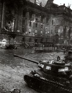 19 April 1945 - The Soviet advance towards the city of Berlin continues and soon reach the suburbs - Soviet IS-2m tank.