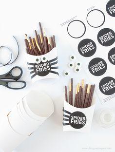 Imprimible decorar cajita para halloween // Make these DIY Spider Fry Boxes with paper fry boxes, pocky sticks, and free printable sticker labels! Great Halloween Treat Idea by @DesignEatRepeat blog!