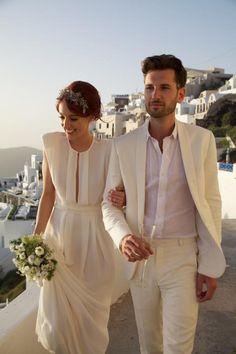 Evocando una boda en Grecia, ambos novios vestidos totalmente de blanco es ideal, y muy elegante, para una boda al aire libre