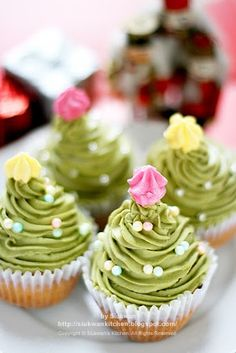 adorable....Christmas tree cupcakes!