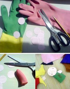 Titiridedos!! con unos guantes viejos de goma, y algunas figuras de papel, puedes hacer los personajes d etu historia favorita, puedes ponerles pelo de lana y decorarlos!