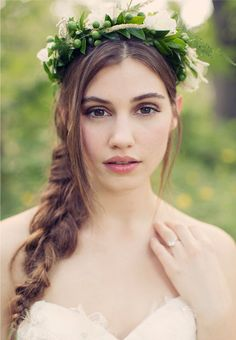 A Loosely-Braided Wedding Hairstyle Accented with a Floral Crown Peinados de novia