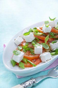 Tomaatti-vuohenjuustosalaattiin on käytetty Pirkka vuohenjuustokuutioita. Salaatti on maustettu tuoreella mintulla.