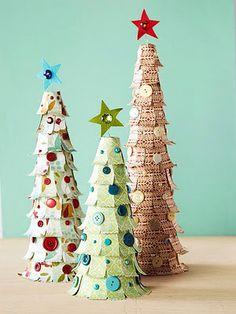 Enfeites de natal feitos com papel.