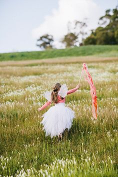 a flower girl and her ribbon wand  Photography by natasjakremersblog.com
