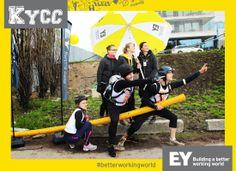 """#EY mukana kymmenennen juhlavuoden #KY City Challengessä. Tässä voittajakuva rastilta, jossa kilpailijoiden tuli ilmentää EY:n slogania """"Building a better working world"""" #Betterworkingworld"""