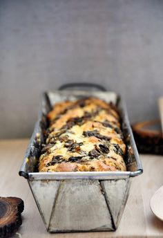 This is a super-easy gluten-free mushroom bread recipe with a spongy, soft texture and savory wine and thyme flavors! This can be served as an appetizer as well. | gourmandelle.com