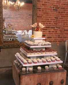 www.rachelreesecakeboutique.com - rustic cupcake display