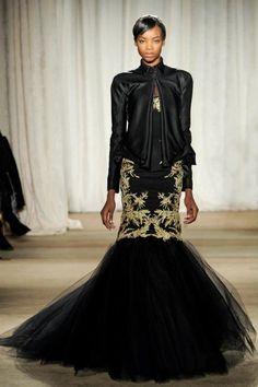 Vestido de fiesta largo en color negro corte sirena con estampados en relieve en color dorado - Foto Marchesa