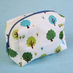 Tutorial for a cute little boxy pouch with a zipper. Bonus: uses less than one fat quarter!