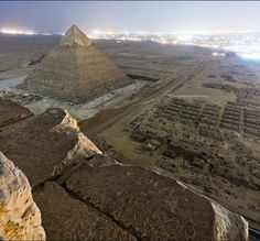 Some Russians secretly climbed the Pyramids and took photos.