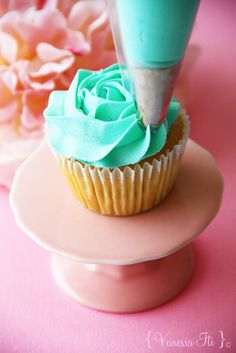 How to pipe a rose on a cupcake (Bella Cupcakes).