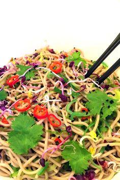 Vegetarische salade van soba noedels, met komkommer & wakame.